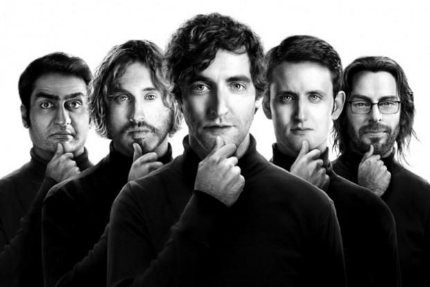 """Die Protagonisten aus """"Silicon Valley"""" in typischer Steve Jobs-Manier. Foto: HBO"""