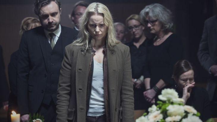 Saga (Sofia Helin) bei ihrer ersten Beerdigung. ZDF/Carolina Romare
