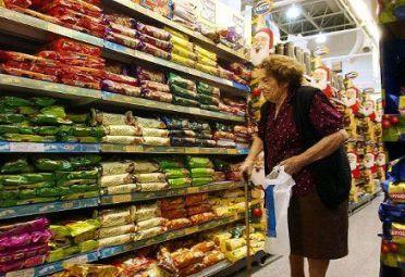 AUMENTOS. Alimentos y bebidas se preparan para un nuevo aumento.
