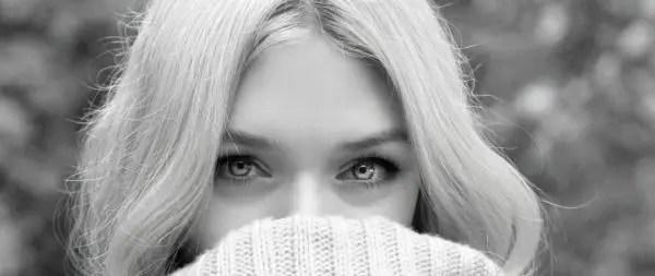 広い眉間の女性 おでこ 額 口を隠す