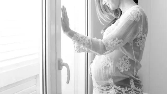 妊婦 妊娠 お腹を触る女性