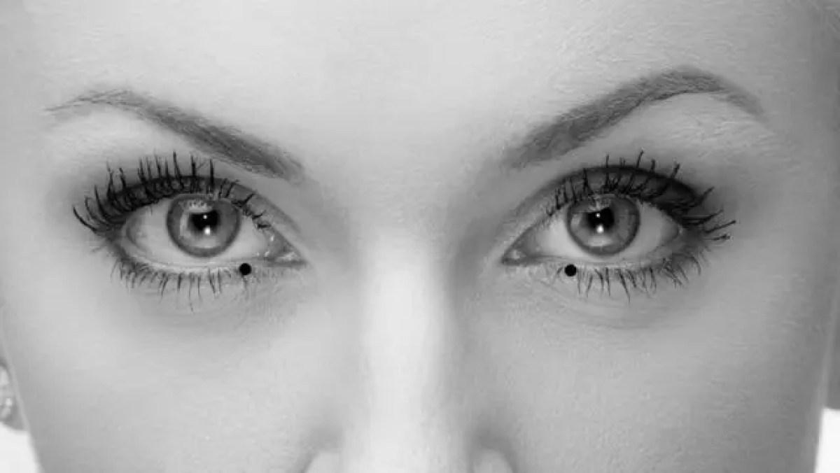 女性の目 下睫毛付近の内側のほくろ