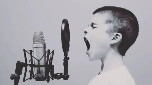 声が出ない少年 男の子 歌 大声