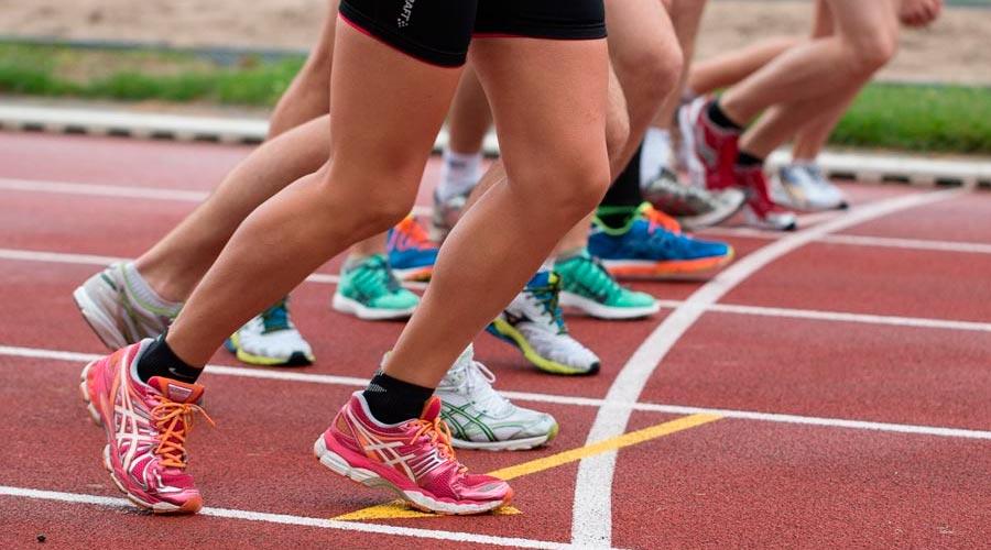 corredores en una pista d'atletisme