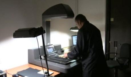 Un tècnic treballant a l'Arxiu Nacional
