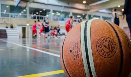 Joves jugant a bàsquet