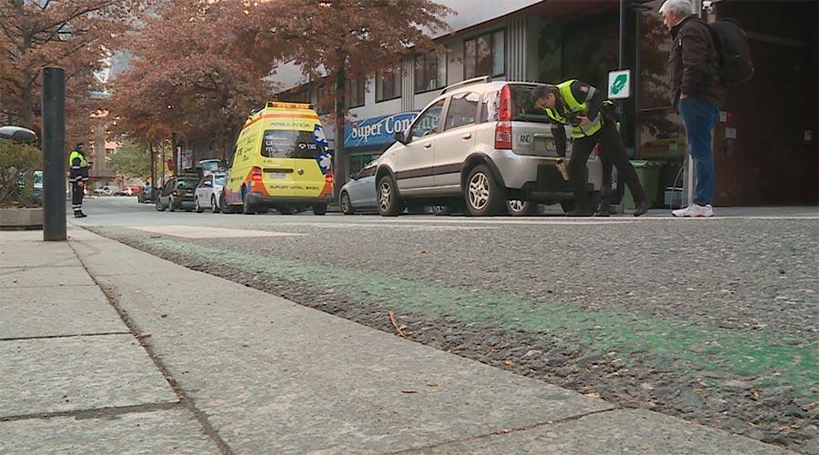 Efectius de Policia i d'Emergències Mèdiques intervenen en un atropellament al carrer Prat de la Creu