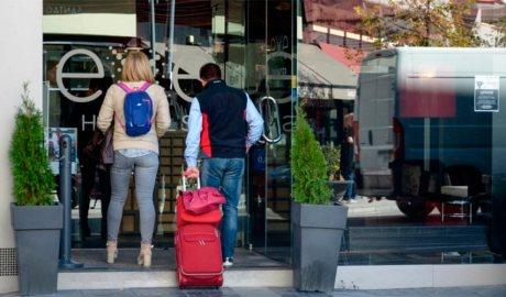 Turistes entrant a un hotel