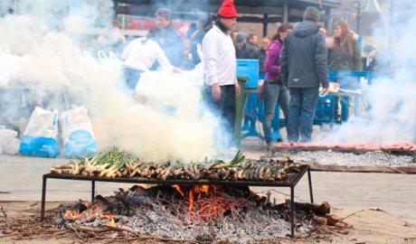 Uns calçots es couen al foc encès a la Plaça del Poble d'Andorra la Vella