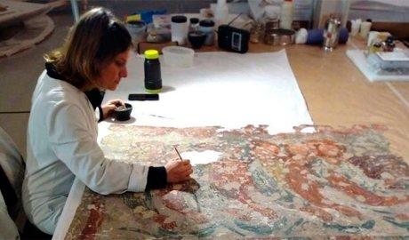 Una tècnic restaura les pintures murals romàniques