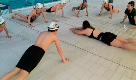 Nedadores del CN Sant Andreu formen joves de l'escola de natació del Pas de la Casa