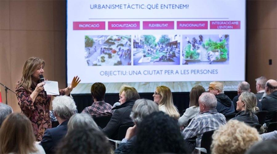 Conxita Marsol es dirigeix al públic per presentar el pla de millora i embelliment del centre històric