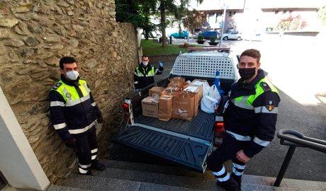 Agents del Servei de Circulació del Comú de Sant Julià de Lòria entreguen un lot de productes al Rebost Solidari de Câritas