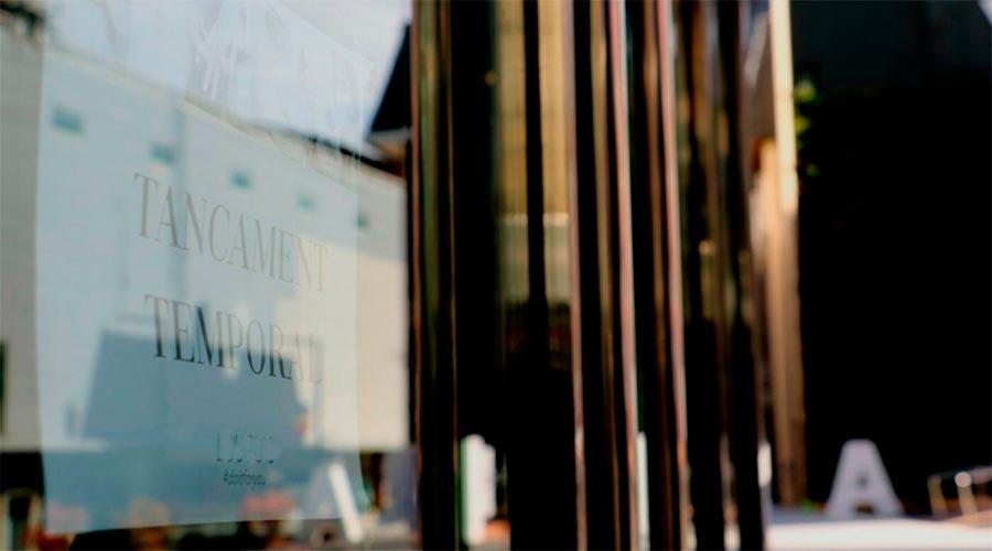 Un cartell informa del tancament temporal d'un establiment
