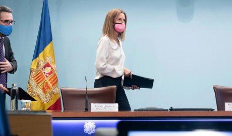Eric Jover i Sílvia Calvó, els dos amb mascareta, arribant a la sala de premsa del Govern