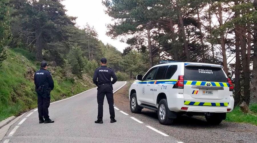 control policial en una carretera de muntanya