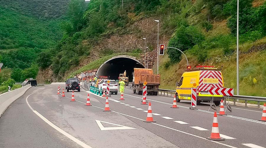 Treballs per reparar l'esllavissada a l'N-145, al túnel del Bordar