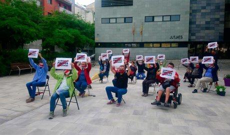 Membres d'Òmnium Cultural protestes davant els jutjats de la Seu d'Urgell amb cartells de 'Llibertat presos polítics'