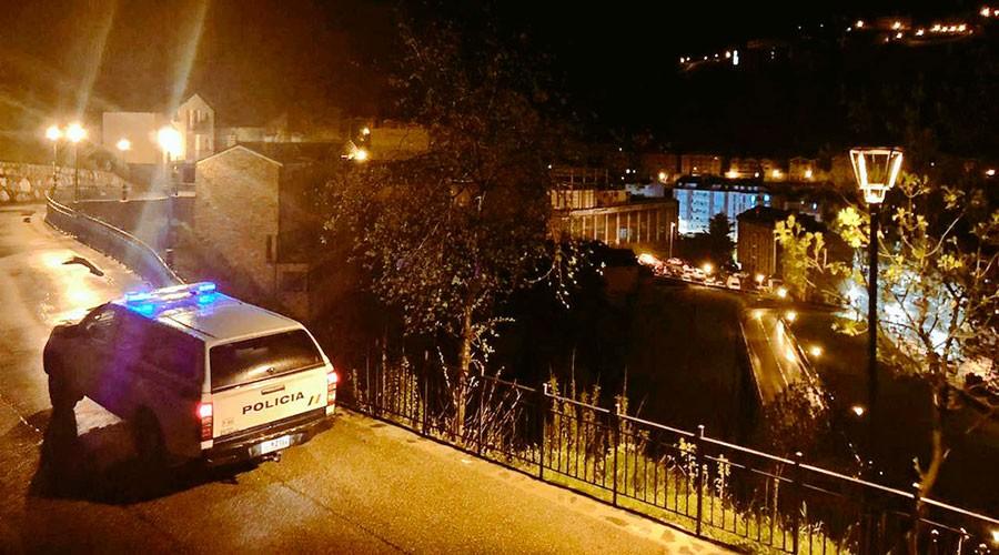 Vehicle policial fent la ronda de nit