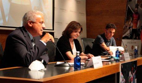 El sotsdirector general banca país d'Andbank, Josep Maria Cabanes, la ministra de Turisme, Verònica Canals, i l'exciclista Joaquim 'Purito' Rodríguez, durant la presentació de la sisena edició de la Purito 2020. (Foto: M. P.) 1