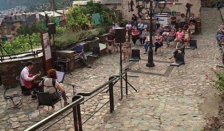 Actuació de Guitarbelows a la placeta d'Engordany