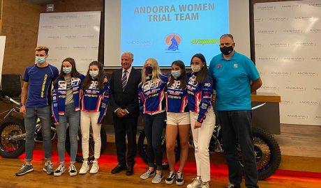 L'Andorra Women Trial Team amb el sots director general de Banca País d'Andbank, Josep Mª Cabanes