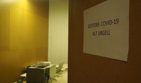"""La porta d'un despatx amb un cartell que diu """"Gestors Covid Alt Urgell"""""""