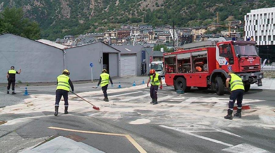 Els bombers treballen en un vessament de gasoil a la carretera de la Comella