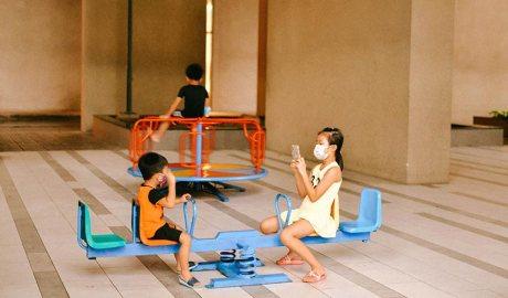 Nens amb mascareta jugant