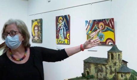 Rosa Obiols davant les seves pintures del romànic