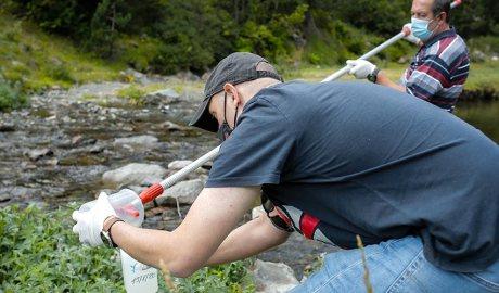 Dos tècnics recullen una mostra d'aigua del riu de Tristaina per analitzar-ne la qualitat