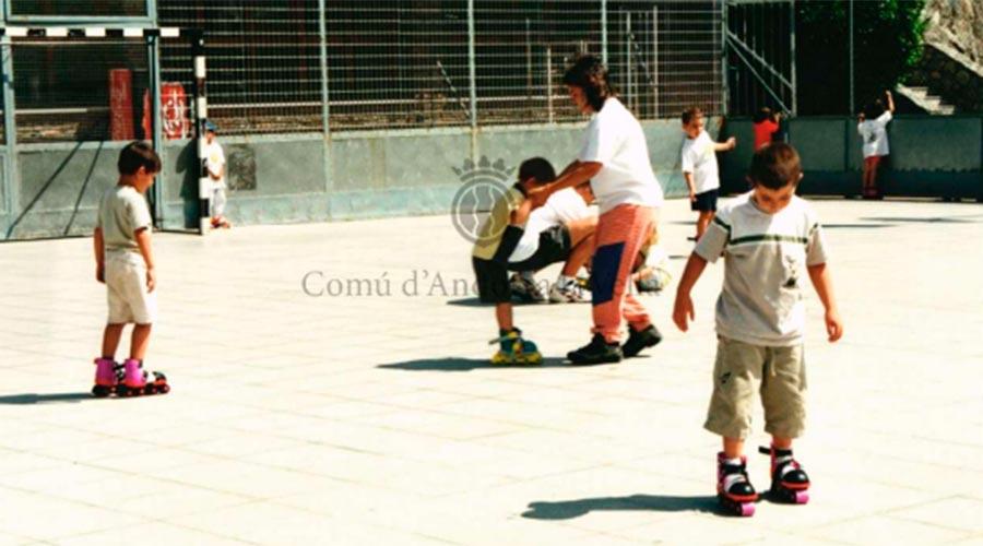 Activitat de patinatge dins les activitats de Viu l'estiu. Any 2000_Arxiu Comunal