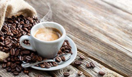 Cafè en gra i preparat en una tassa