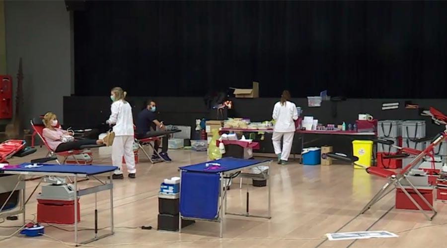 Gent donant sang a la sala polivalent del Prat del Roure