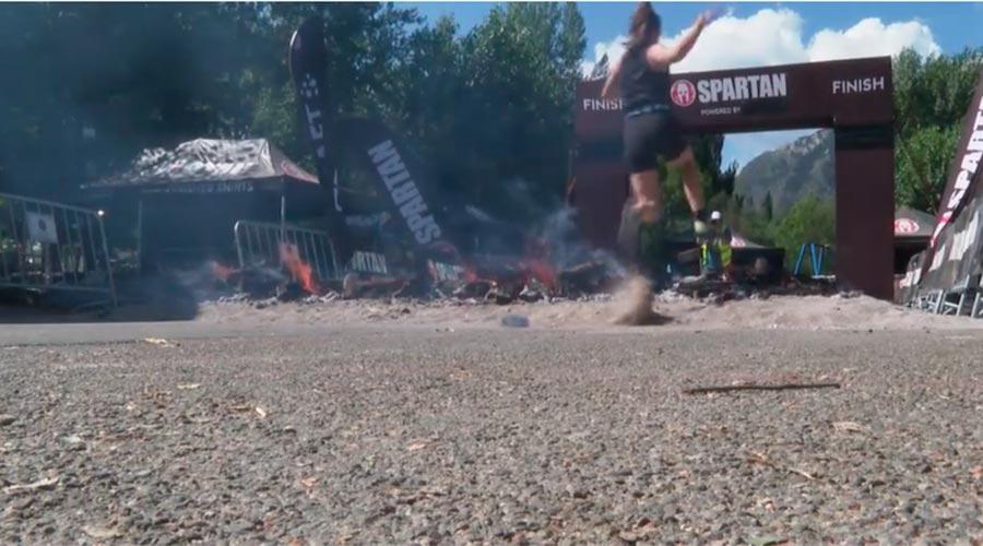 Una participant arribant a la meta de la Spartan a Encamp el 2020