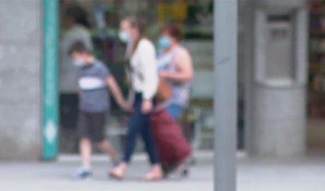 Una família tornant de fer la compra. Imatge desenfocada.
