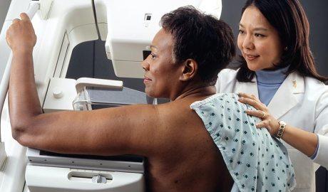 Una dona realitzant-se una mamografia