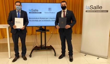 director general La Salle Campus, Josep M. Santo, i el ministre de presidència i economia, Jordi Gallardo, mostren unes carpetes després de signar un acord