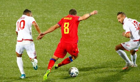 Un jugador andorrà amb la pilota juga amb dos rivals.