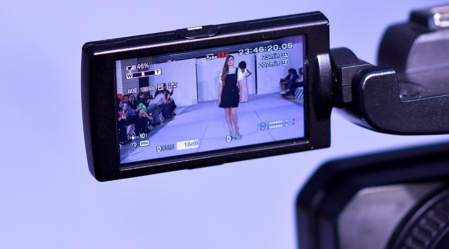 Una càmera fent un vídeo d'una persona