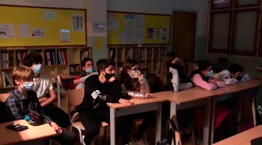 Una classe mirant una pel·lícula