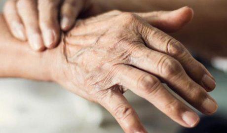 Mà d'una persona afectada per Parkinson