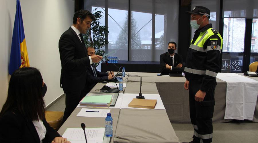 Un agent de circulació d'Ordino jura el càrrec davant el cònsol major, J. Àngel Mortés