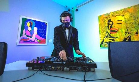 Un DJ actuant al Museu Carmen Thyssen