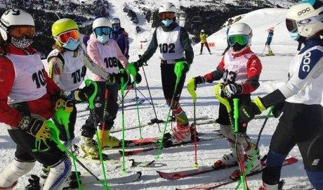 Un grup d'esquiadors en el primer entrenament de la temporada 2020/2021