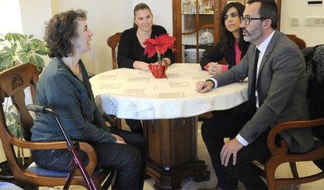 Víctor Filloy en una visita a una usuària del Servei d'Atenció Domiciliària