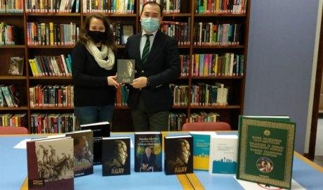 Carina Cadet i Rinat Dyussembayev amb els llibres donats per la República de Kazakhstan.