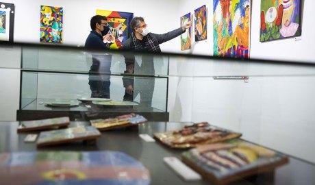 Miquel Canturri i Guillermo Cervera visitant l'exposició RE-interpretant Tappert a la Llacuna