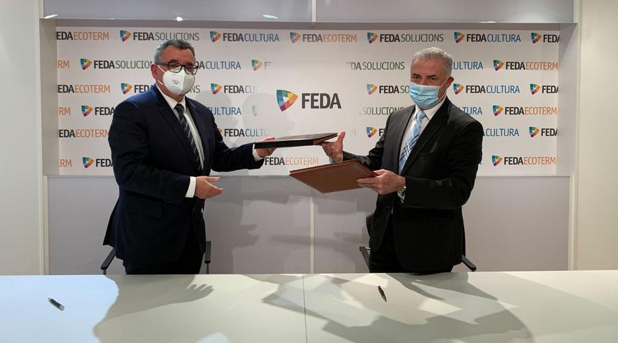 El director general de FEDA, Albert Moles, i el president de la Federació Andorrana de Caça i  Pesca (FACIP), Josep Maria Cabanes, intercanvien els documents durant la signatura d'un conveni