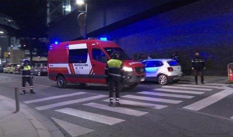 Bombers, policia i agents de circulació a la Baixada del Molí.